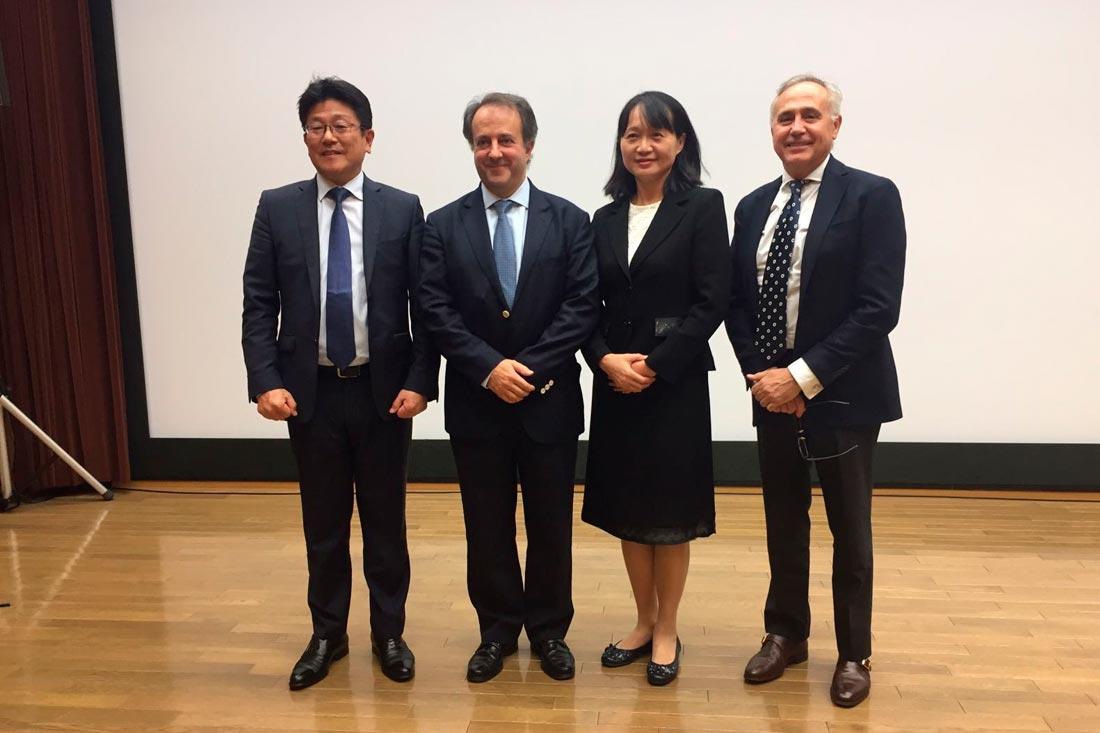 El Dr Juan Blanco presenta una conferencia en Tokio